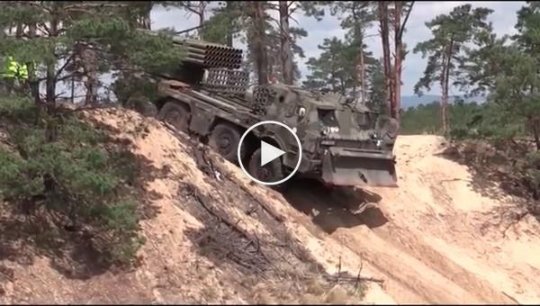 Военная техника в болоте и на полевых испытаниях. Грузовики и РСЗО