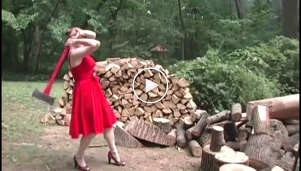 Девушки показывают навыки и приемы рубки дров