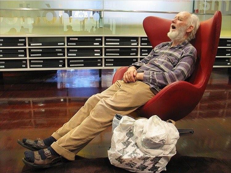 Фотографии уставших мужчин в торговых центрах (24фото)