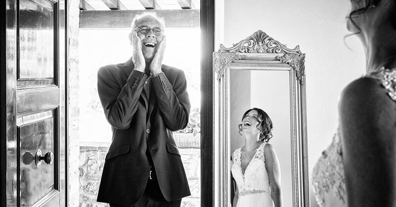 Фото, на которых отцы впервые увидели своих дочерей в свадебных платьях (18фото)