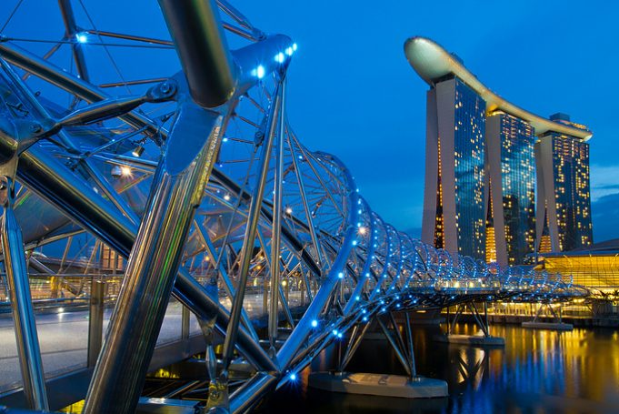 Самые удивительные мосты из разных стран мира (13 фото)